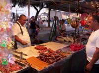 Bancarella di Torrone nella strada addobbata per la festa della Madonna Addolorata 16-09-07   - Aspra (5571 clic)