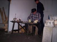 Antichi mestieri  u stagnataru (Lavoratore della latta e dello zinco) attualmente dedicato a fabbricare imbuti di latta  - Paternò (3775 clic)
