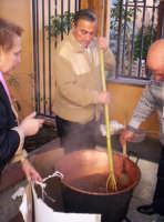 Preparazione della Mustarda in occasione della prima sagra del ficodindia Nov.2004  - Santa maria di licodia (3194 clic)