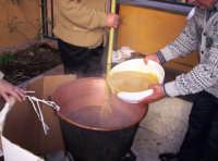 Aggiunta della farina nella preparazione della mustarda in occasione della sagra del ficodindia Nov.2004  - Santa maria di licodia (2482 clic)