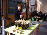 Banco di vendita della mustarda in bottiglie e in vasetti [prima sagra del ficodindia Nov.2004]  - Santa maria di licodia (3203 clic)