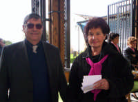 Ettore e Aurora distribuiscono dei volantini riguardante la sagra del ficodindia ai passanti Nov.2004  - Santa maria di licodia (5090 clic)