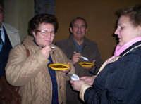 Degustazione della mustarda in occasione della 1° Sagra del ficodindia Nov.2004.   - Santa maria di licodia (3887 clic)