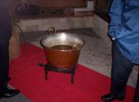 Mustarda pronta per essere degustata e offerta ai visitatori dello stand allestito in occasione della prima sagra del ficodindia Nov.2004  - Santa maria di licodia (2287 clic)