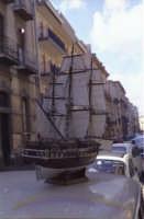 Esposizione di un veliero Victory in una strada di Catania nel 1967  - Catania (3439 clic)