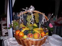 Un bel cesto di frutta rallegra l'atmosfera gastronomica. 19-08-06  - Paternò (7330 clic)