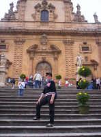 Chiesa di S. Pietro con scalinata addobbata con fiori in occasione della celebrazione di  un matrimonio 02-06-07  - Modica (5209 clic)