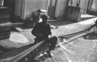 Pescatore intento a riparare una rete (controluce)nel 1967  - Aci trezza (3412 clic)