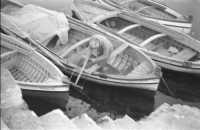 Lavori di manutenzione barche nel 1967  - Aci trezza (3557 clic)
