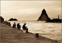 Pescatori con la canna nel molo di Acitrezza  - Aci trezza (10470 clic)