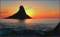 Il faraglione e i suoi pescatori  - Aci trezza (3025 clic)
