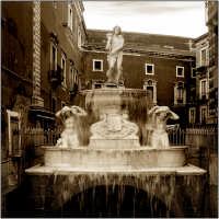 La fontana dell Amenano sotto scorre il fiume Aci la fontana dai catanesi viene chiamata: l'acqua o linzolu (Acqua a lenzuolo)  - Catania (5191 clic)