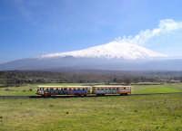 Treno che compie il giro dell'Etna ammirando tutte le bellezze e i colori che offre il vulcano   - Etna (8177 clic)