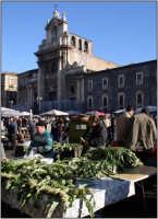 La chiesa della Madonna del Carmine assediata di commercio dove si trova di tutto  - Catania (3324 clic)