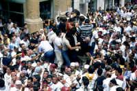 Festa di S. Calogero. Processione. I fedeli assaltano la staua per baciarla  - Agrigento (3274 clic)