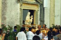 La Madonna varca la soglia della chiesetta sita sul colle Immacolta !  - Monforte san giorgio (6632 clic)