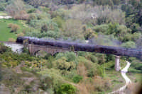 Treno a vapore a valle durante l'attraversamento di un ponte, vicino Ragusa Ibla  - Ragusa (4053 clic)