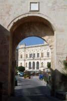 La Camera di commercio vista dalla Porta Marina  - Siracusa (1403 clic)