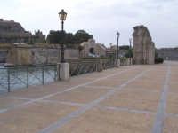 Ponte tra la borgata e il centro storico. Prospettiva. Nello sfondo la Porta Spagnola e a sinistra il Castello.  - Augusta (1483 clic)