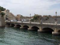 Ponte tra la borgata e il centro storico. A sinistra la Porta Spagnola.  - Augusta (1454 clic)