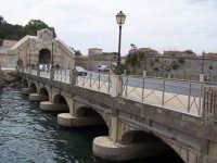 Ponte tra la borgata e il centro storico. A sinistra la Porta Spagnola.  - Augusta (1620 clic)