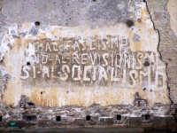 Ponte tra la borgata e il centro storico. Vecchie scritte.  - Augusta (1440 clic)