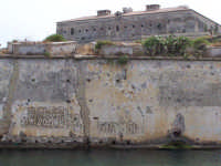 Ponte tra la borgata e il centro storico. Vecchie scritte. In alto il Castello.  - Augusta (1482 clic)