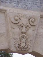 Ponte tra la borgata e il centro storico. Particolare della Porta Spagnola.  - Augusta (1453 clic)