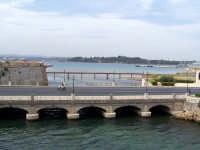 Ponte tra la borgata e il centro storico. Nello sfondo il Porto.  - Augusta (1489 clic)