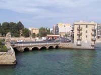 Veduta del Ponte tra la borgata e il centro storico e scorcio di palazzi.  - Augusta (1600 clic)
