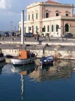 Imbarcazioni e riflessi nella Darsena. Nello sfondo la Dogana che delimita l'ingresso in Ortigia, per chi viene da Via Malta, lungo il Ponte Santa Lucia.  - Siracusa (1358 clic)
