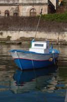 Barca nel Porto Grande. Nello sfondo Il Lazzareto.  - Siracusa (1240 clic)