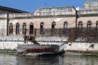 Barca in secca. Edificio di Disinfezione Il Lazzareto si trova a due passi dal Mercato Ittico.  - Siracusa (1384 clic)