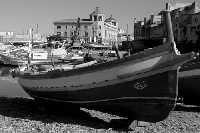 Barca ai Calafatari tra la Darsena e il Porto Piccolo. Nello sfondo il Palazzo delle Poste.  - Siracusa (2069 clic)