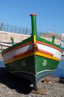 Barca ai Calafatari tra la Darsena e il Porto Piccolo.  - Siracusa (4445 clic)