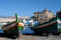 Barche ai Calafatari tra la Darsena e il Porto Piccolo. Nello sfondo il Palazzo delle Poste.  - Siracusa (1984 clic)