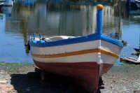 La caratteristica barca siracusana ai Calafatari tra la Darsena e il Porto Piccolo.  - Siracusa (1908 clic)