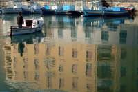 Imbarcazioni e riflessi nella Darsena.  - Siracusa (2028 clic)