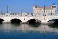 Il Ponte Umbertino e riflessi. Nello sfondo il Palazzo delle Poste.  - Siracusa (1410 clic)