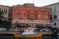Peschereccio nella Darsena e particolare edificio.  - Siracusa (1431 clic)
