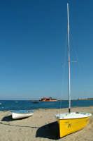 Isolotto Brancati a Marzamemi all'orizzonte. Composizione fotografica con barche e ombre.  - Marzamemi (2089 clic)