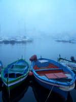 Barche al Porto Piccolo durante la nebbia nell'ora blu al crepuscolo. Nello sfondo il Palazzo delle Poste.  - Siracusa (1163 clic)
