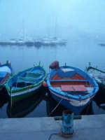 Barche al Porto Piccolo durante la nebbia nell'ora blu al crepuscolo. Nello sfondo il Palazzo delle Poste.  - Siracusa (1182 clic)