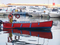 Barca taxi e riflesso al Porto Piccolo.  - Siracusa (2533 clic)