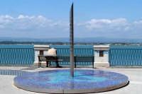 Monumento al Largo Aretusa. Nello sfondo vista del Porto Grande.  - Siracusa (1480 clic)