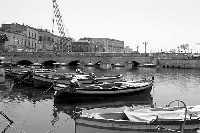 Barche nella Darsena e scorcio del Ponte Umbertino in bianco e nero.  - Siracusa (1820 clic)