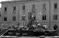 Piazza Archimede in Ortigia. La Fontana Diana e nello sfondo il Palazzo Gargallo in bianco e nero.  - Siracusa (2850 clic)