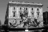 Piazza Archimede in Ortigia. La Fontana Diana in bianco e nero.  - Siracusa (4088 clic)