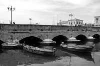 Il Ponte Umbertino e barche nella Darsena in bianco e nero.  - Siracusa (10436 clic)