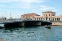 Il Ponte Santa Lucia e barca nella Darsena. Nello sfondo la Dogana e  la Guardia Costiera.  - Siracusa (1912 clic)